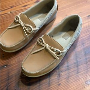 Crocs moccasins in leather. Tan color. Size 7 W.